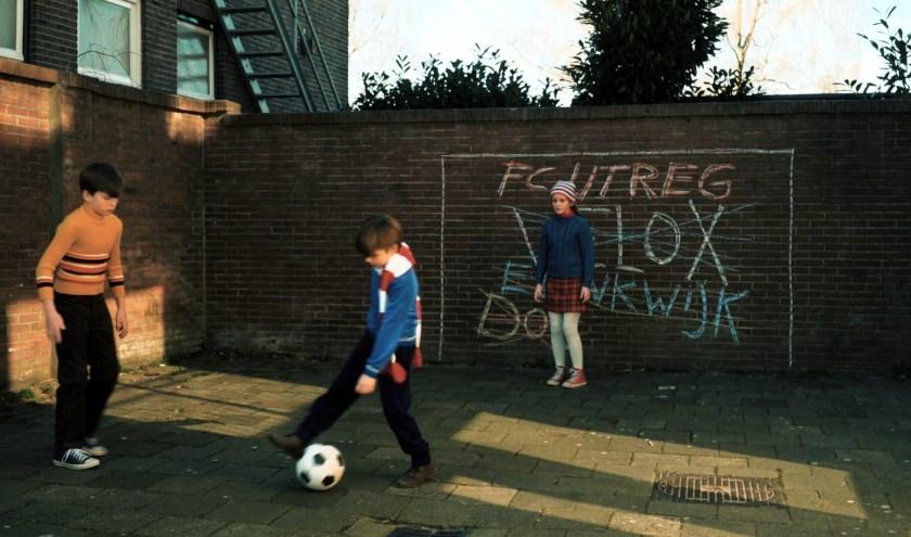 FC fUsie is meer dan een verhaal over voetbal alleen. Er wordt een fraai tijdsbeeld geschetst.
