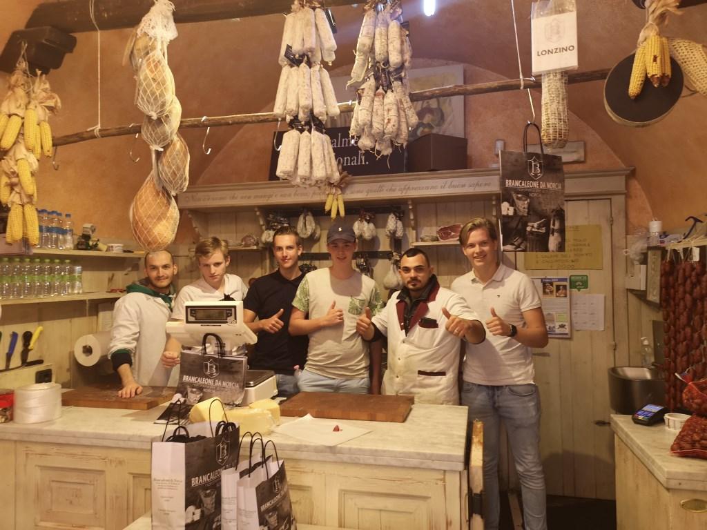 Brancaleone da Norcia en de studenten die de worsten verkopen Foto: ROC van Twente © DPG Media