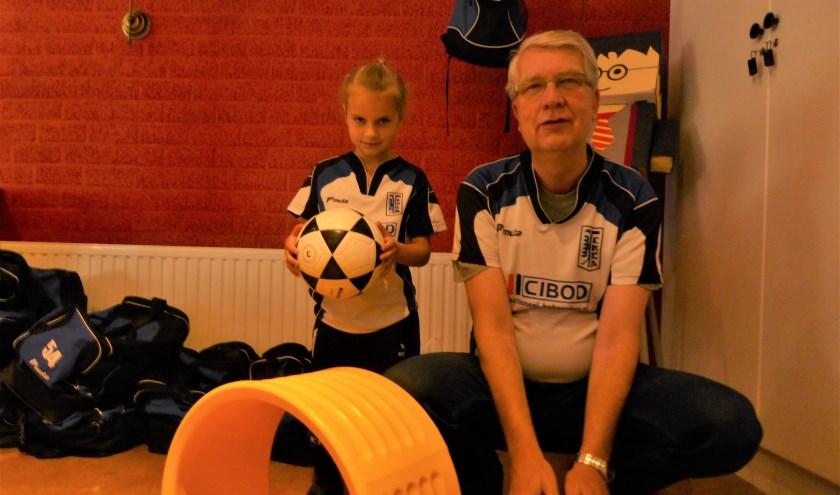 Het jongste (Eline de Geus) en het oudste (Wolfgang Zahn) spelende lid bij de jubilerende korfbalvereniging EKCA. (foto: Marnix ten Brinke)