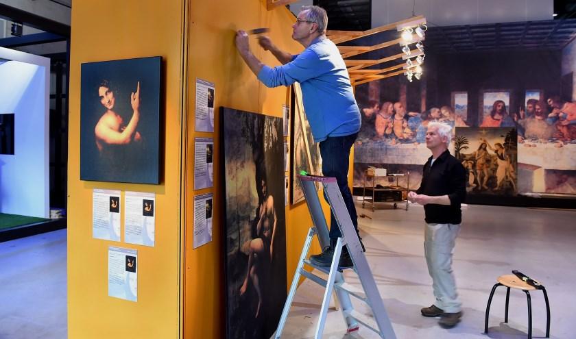 Leonardo da Vinci expositie wordt ingericht met links Paul te Hart en rechts Reinold Tombergen, vrijwilligers CIVON Innovatiecentrum op het DRU Industriepark in Ulft. (foto: Roel Kleinpenning)