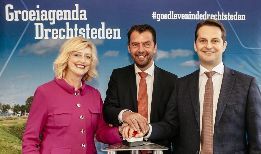Reinie Melissant (burgemeester Gorinchem), Jeroen Koedam (Provincie Zuid-Holland), André Flach (Vicevoorzitter regio Drechtsteden). (Foto Michel de Groot)