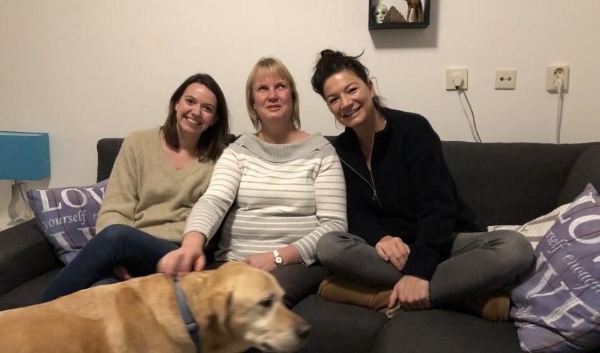 Vriendinnen en vloggers Ellen Goedegebuure, Saskia Dalebout en Kim Heijboer met blindengeleidehond Kelvin. FOTO: Anneke Flikweert
