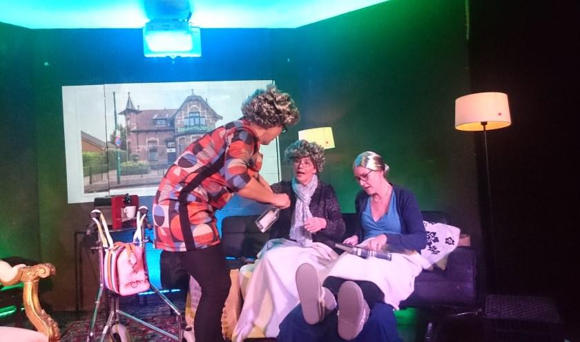 Een hilarisch stukje toneel door ZOOOM-leden Therese Hoppenbrouwer, Marianne Checkley en Jolanda van der Spiegel