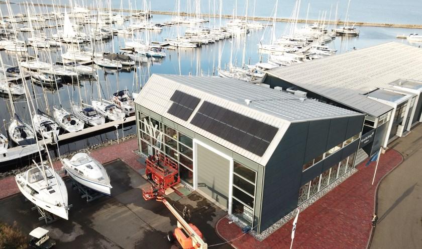 De eerste zonnepanelen zijn net aangebracht voor duurzame energie voor vaar- en voertuigen in Bruinisse.