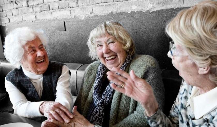 Ouderen tijdens een ontmoeting. Foto: Stichting Met je hart.