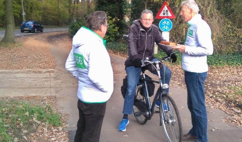 D66 deelde zaterdag herfstcakejes uit om de nieuwe oversteek te vieren.