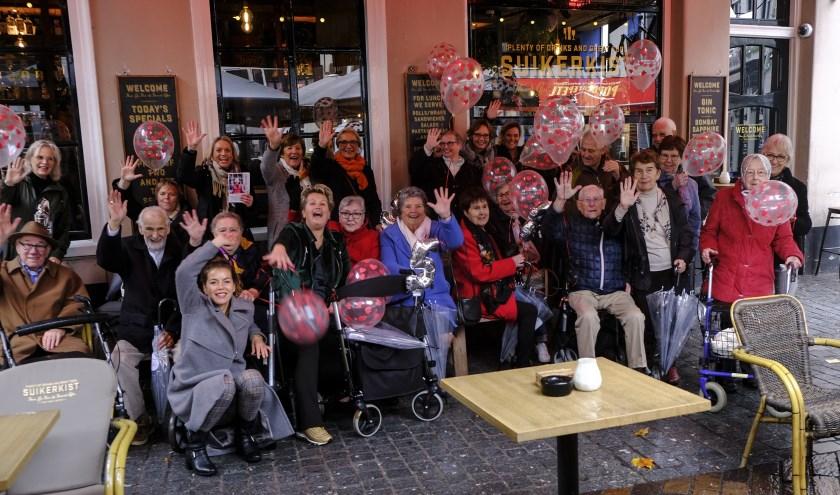 Bij de (ludieke) aftrap op vrijdag 1 november van de vijfde restaurantcampagne EET met je hart verrasten de dankbare ouderen deelnemende horecazaken met high fives. FOTO: MARINA VAN BREDA/BABS VAN GEEL