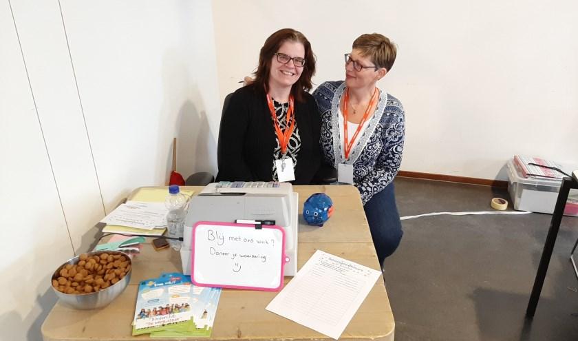 Marcella Rijntjes (links) en Esther Meijers (rechts) organiseren samen al jaren drie kinderbeurzen per jaar in De Koppeling in Zeist-West