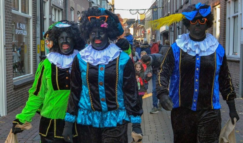 Hele Zwarte Pieten tijdens de intocht van Sint in Montfoort vorig jaar. (Foto: archief Paul van den Dungen)