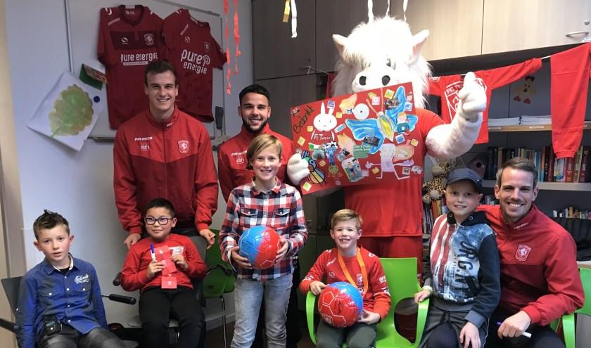 Peet Bijen, Calvin Verdonk en Wout Brama met de kinderen in het Enschedese ziekenhuis. Foto: FC Twente.