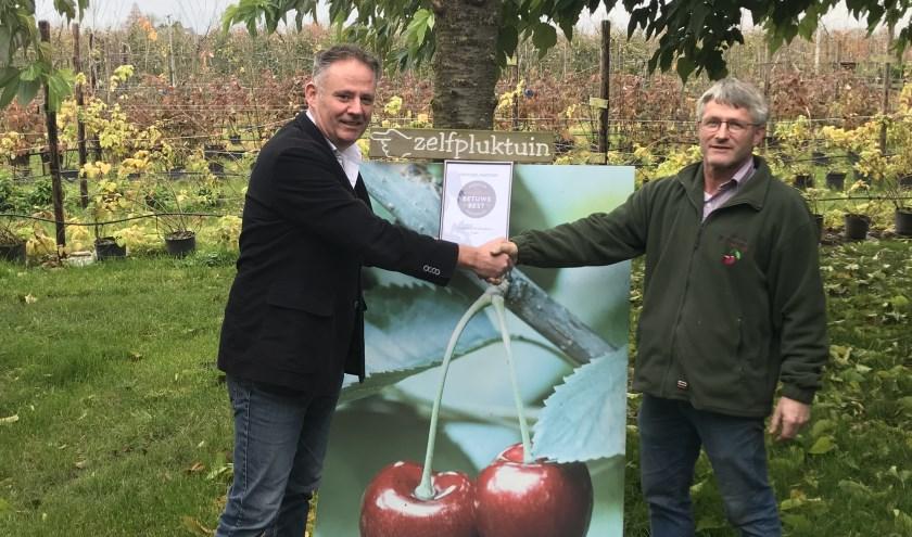 Marius van de Water van De Hoenderik ontving uit handen van Richard de Bruin, directeur RBT Rivierenland (een van de initiatiefnemers van Betuws Best) het certificaat.