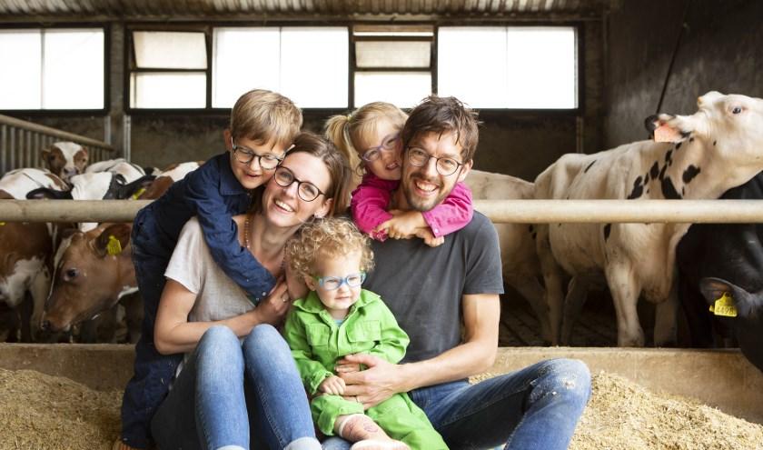 Trees en Bert Blom van Boerderij Blom samen met hun kinderen in de stal vol kalveren. (foto: Dies Goorman)