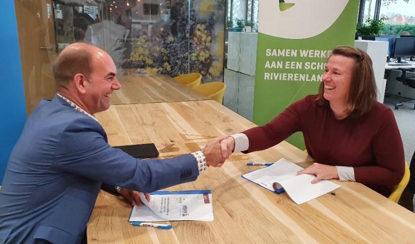 Links de heer W. Brouwer, directeur en mevrouw E. Boer, directeur Werkzaak Rivierenland.