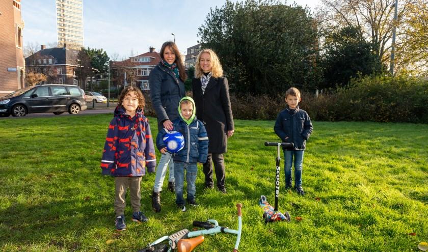 Initiatiefnemers Liselore Stuut (rechts) en Susanne van der Poel (links) samen met een aantal kinderen uit de buurt.