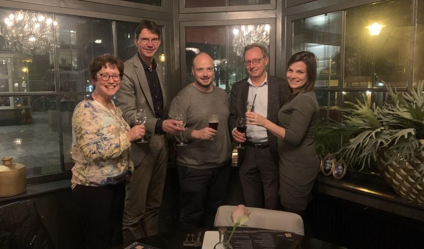 Het bestuur proost op het succes van het Vallei Jeugd Fonds, v.l.n.r. Monica Brouwer, Gerrit Hagelstein, Kristian Scheerhoorn, Gerard de Roij en Nicky van Rossum