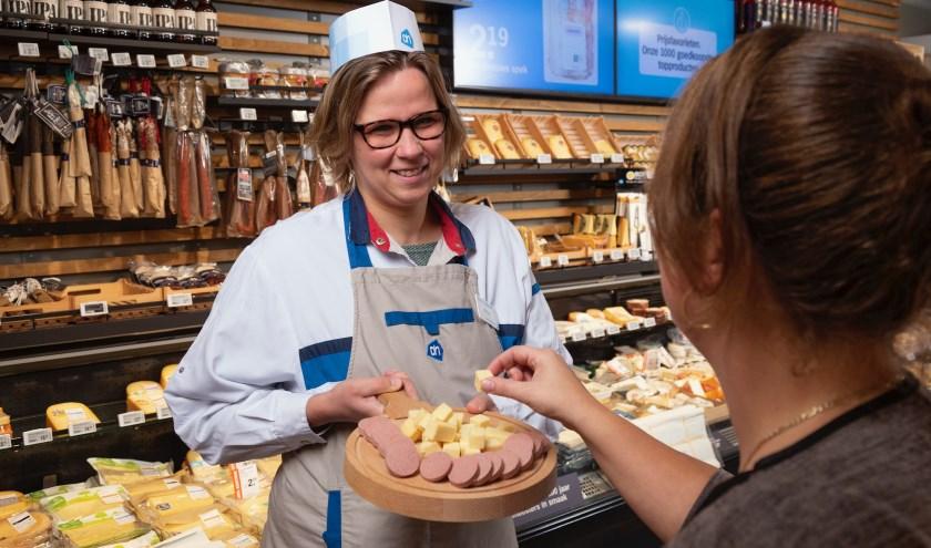 Marleen Stam, verkoper Markthal, biedt lekkere hapjes aan om te proeven. (Foto: Andries van der Ree)