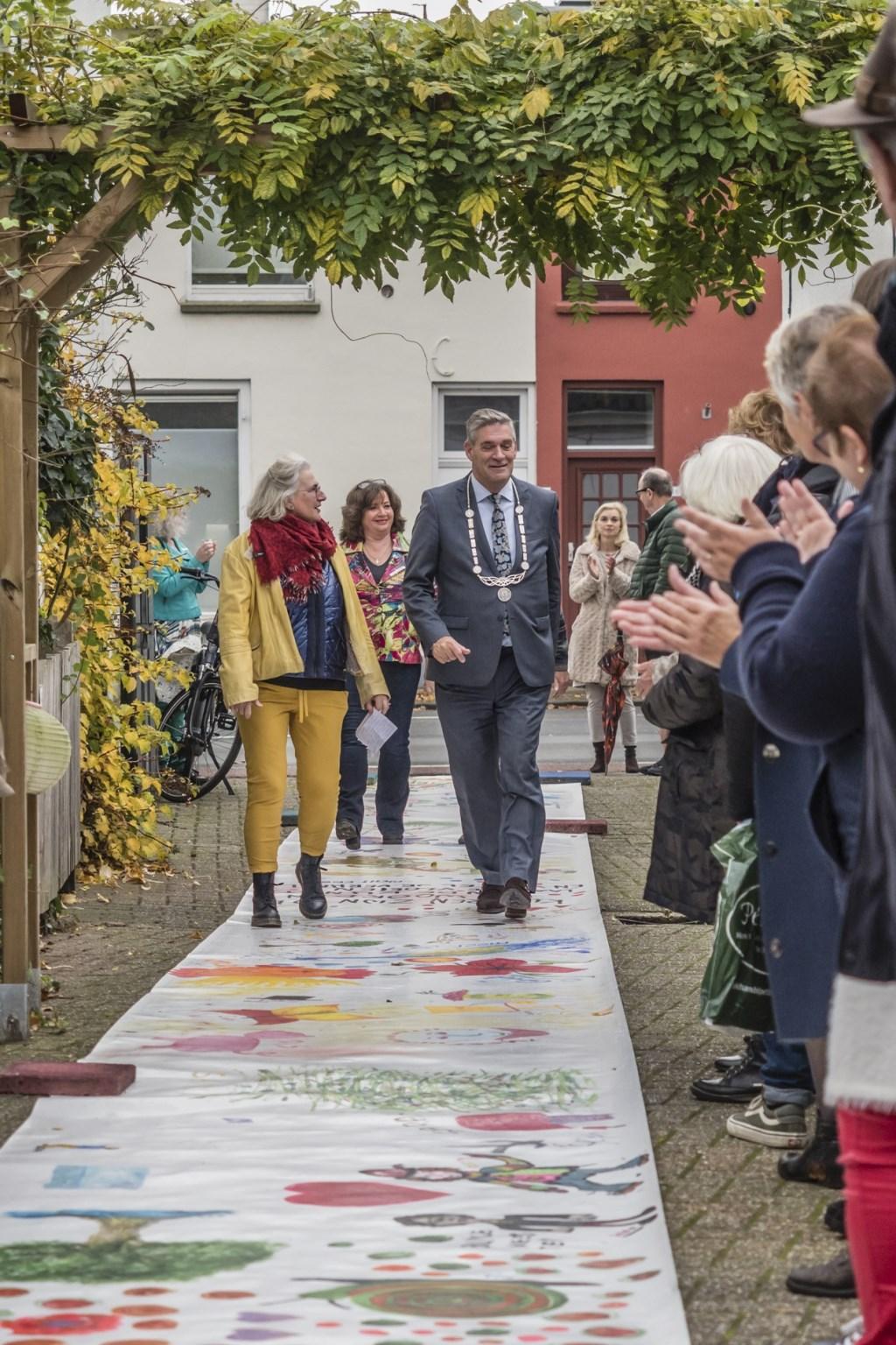 Dianne met burgemeester over de loper Foto: Dianne met burgemeester over de loper © DPG Media