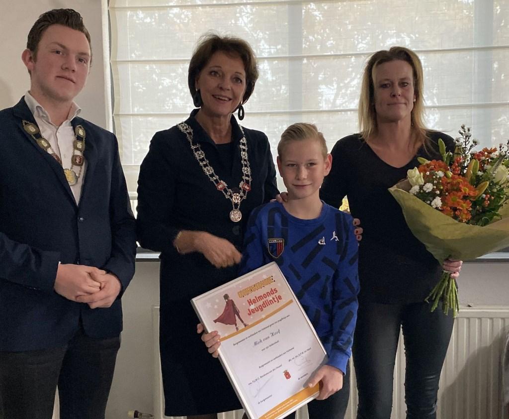 Mick van Hoof samen met jeugdburgemeester Daan Mikkers en burgemeester Elly Blanksma  © DPG Media
