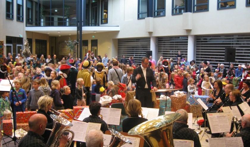 Een vrolijk concert in het gemeentehuis in Denekamp: daar geeft muziekvereniging de Eendracht zondag een Pepernotenconcert.