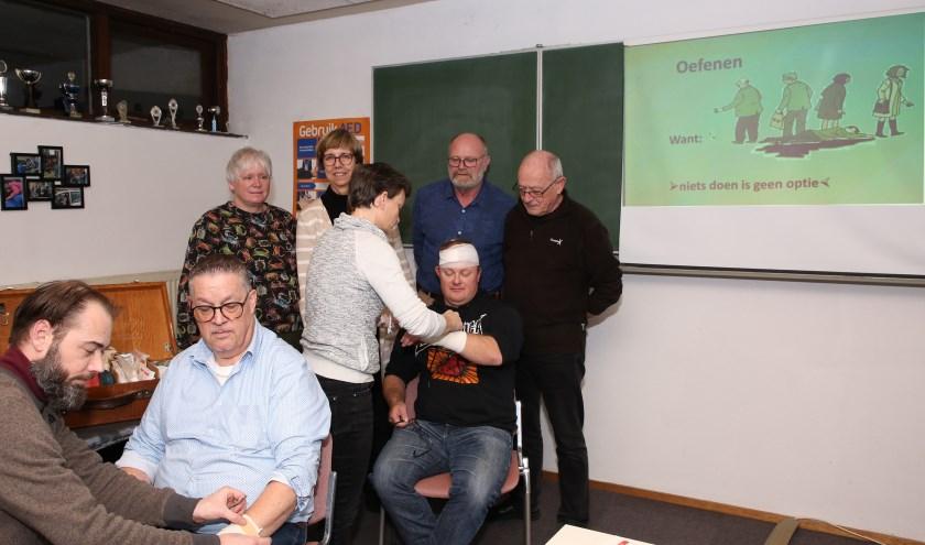 De EHBO'ers blijven oefenen. Achterste rij, tweede van links Wies Beljaars en uiterst rechts Bob Groeneveld. Foto: Theo van Sambeek.
