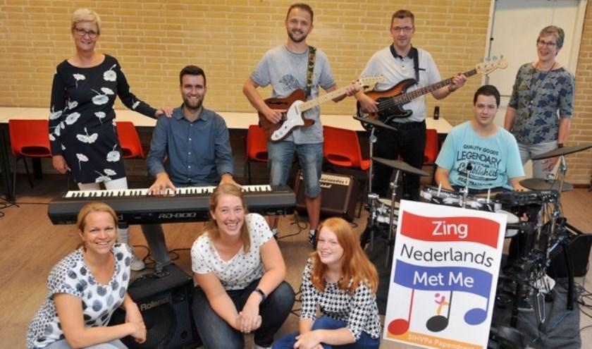 De gelegenheidsband, geflankeerd door de initiatiefneemsters van de SIHVPa. (Foto: Privé)