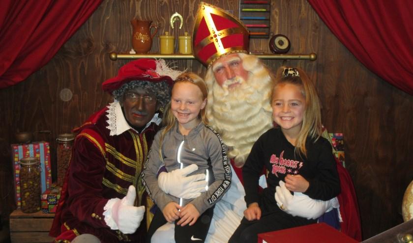 Met Sint en Piet op de foto bij de Pietenschool. Tekst en foto: Ria van Vredendaal