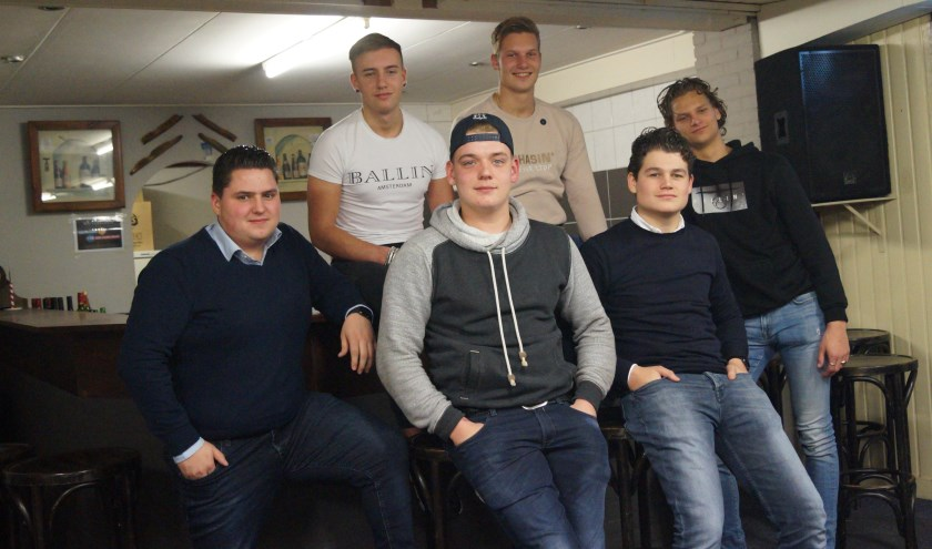 Deze zes jongeren willen laten zien dat de jaarwisseling ook anders kan, en maakten samen met de gemeente, dorpsraad en Oranjevereniging een mooi plan.
