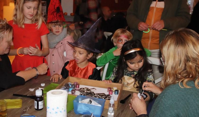 De jeugd liet zich bij de Bolderburen graag schminken voor het Halloweenfeest