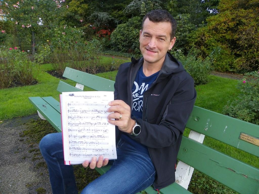 Iwan Groenendijk is projectzanger bij het benefietconcert voor KWF op 8 november. Het openingsnummer 'Dichterbij de hemel kan ik niet komen' wordt een indrukwekkend spektakel.  Foto: Morvenna Goudkade © DPG Media