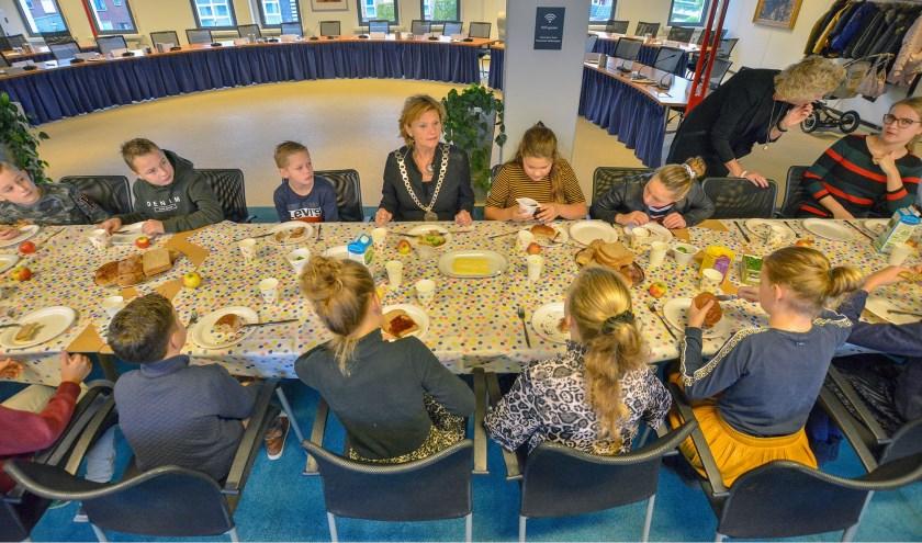 Burgemeestersontbijt in de raadszaal met leerlingen van groep 8 van het Het Kompas.