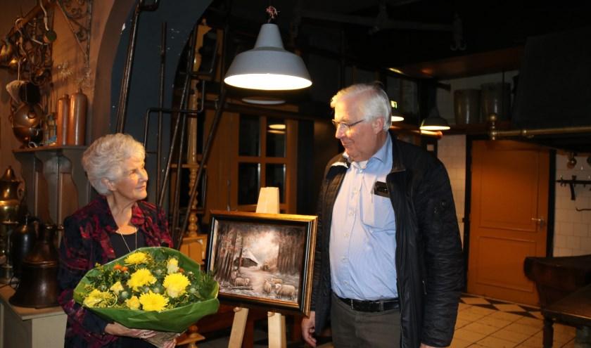 Tini van Gijtenbeek en Herman Prangsma bij het schilderij voor de kerstkaart. (foto: Ingeborg Kriegsman)