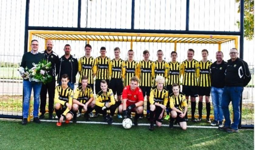 De spelers uit het JO17-team van voetbalvereniging SSC'55 staan er weer goed op dankzij sponsor Bakertilly.