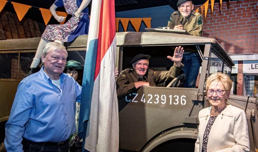 De creatieve breinen van 'Wie bint vrie', over 75 jaar bevrijding van Nijverdal. Leo Steur zit in de auto, Johan Huis in 't Veld ligt er boven op. Herman Kampman en Henny Greevink flankeren het geheel. (Bert Kamp)