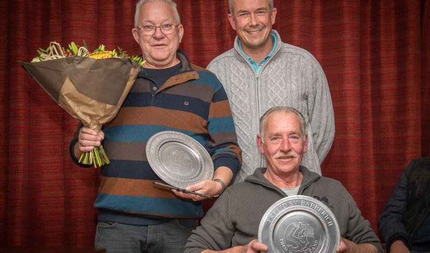 Voorzitter Martijn Bouwman heeft de schalen overhandigd aan ereleden Theo Bruns (links) en Theo van de Zand (onder). (foto: Wil Kuijpers)