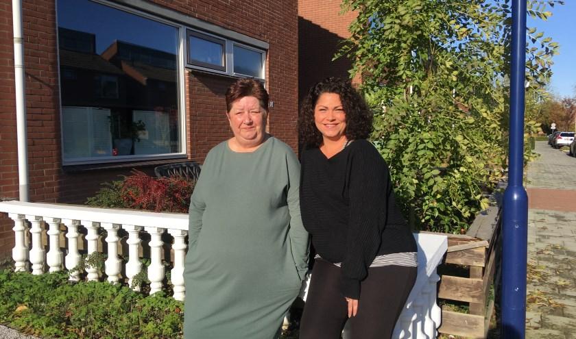Karin (links) en Daisy Soeteman voor oma's safehouse in de wijk Poort Ambacht.    FOTO: Gerrit van Loon