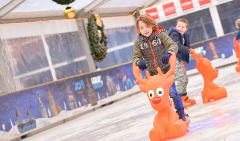 De Oldenzaalse jeugd leeft zich jaarlijks uit op de Oldenzaalse ijsbaan.