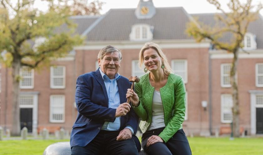 Voorzitter Gerard van Voorden draagt de voorzittershamer over aan opvolger Karolijn Burgman