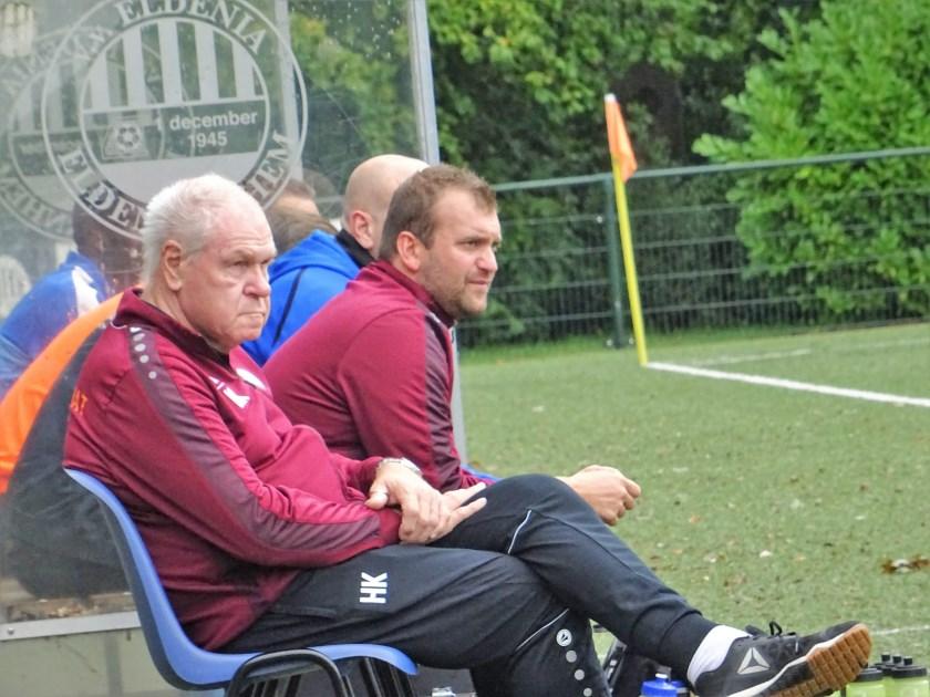 OVC '85-trainer Marco Bosch (midden, op archieffoto) zag zijn ploeg in Oosterbeek met 3-1 van Eerbeekse Boys winnen. Door die zege stegen de Oosterbekers naar de 2e plaats op de ranglijst van de 3e Klasse A.