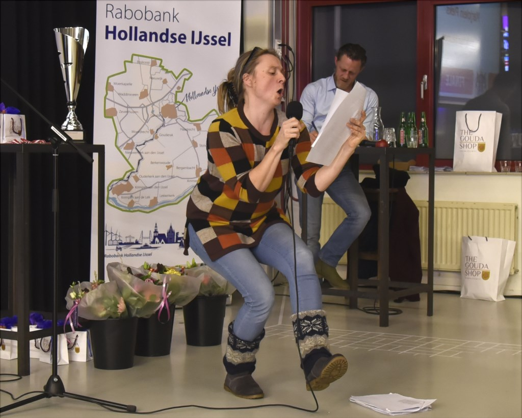 Dorpsdichter van Heumen Marjolein Pieks in actie. Foto: Marianka Peters  © DPG Media