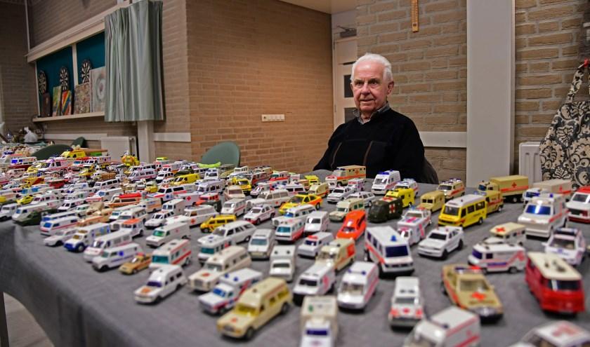 Koos Coolen achter zijn indrukwekkende verzameling van miniatuurambulances. Foto: Jan Wijten