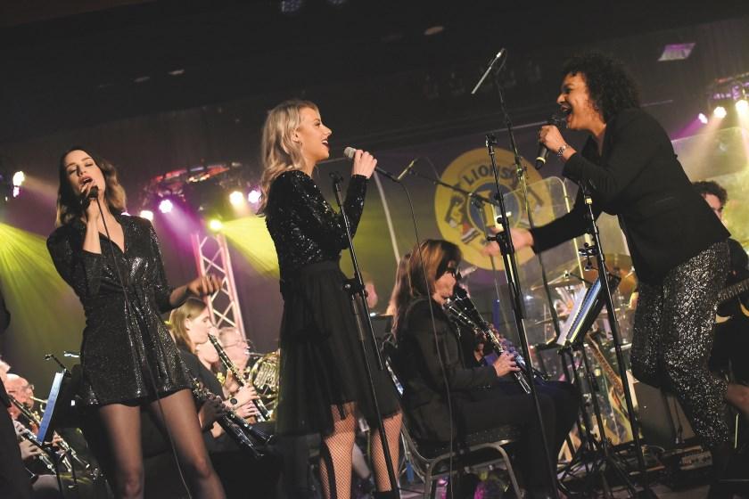 De zangeressen Erica Yong, Jolien Schilderman en Laura Loeters tijdens hun optreden in De Ogtent.