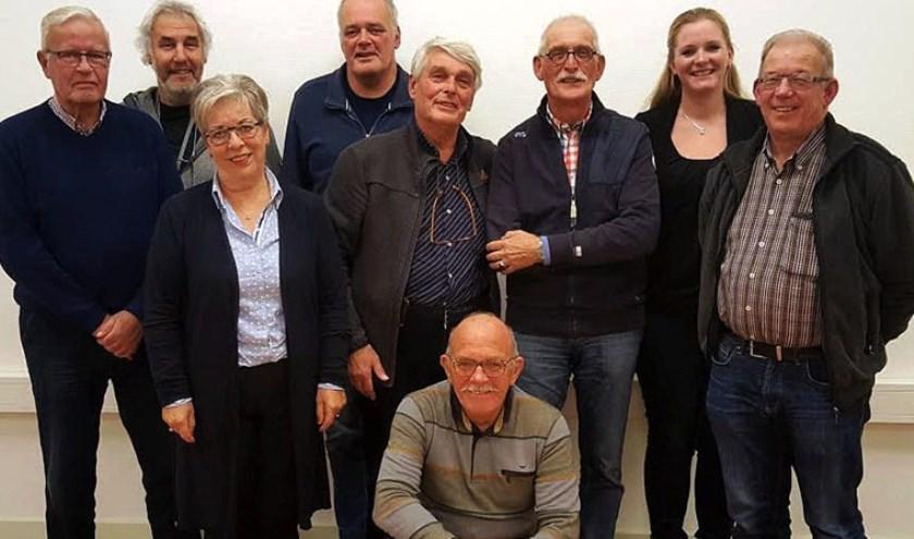 Het voltallige bestuur van Wijkplatform De Kom hoopt dat jonge mensen zich willen inzetten voor leefbaarheid van de wijk. (foto: PR)