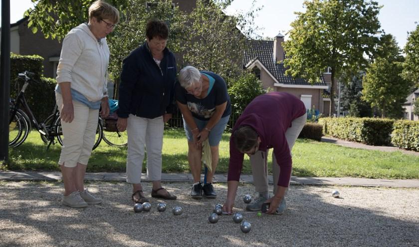 Met plezier en precisie wordt er vaak jeu de boules gespeeld. Zo ook door deze dames. Foto: Ria van Bakel