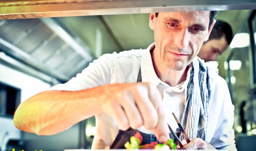 Meesterkok Erik de Mönnink geconcentreerd aan het werk in de keuken van De Swarte Ruijter. (Foto: De Swarte Ruijter)