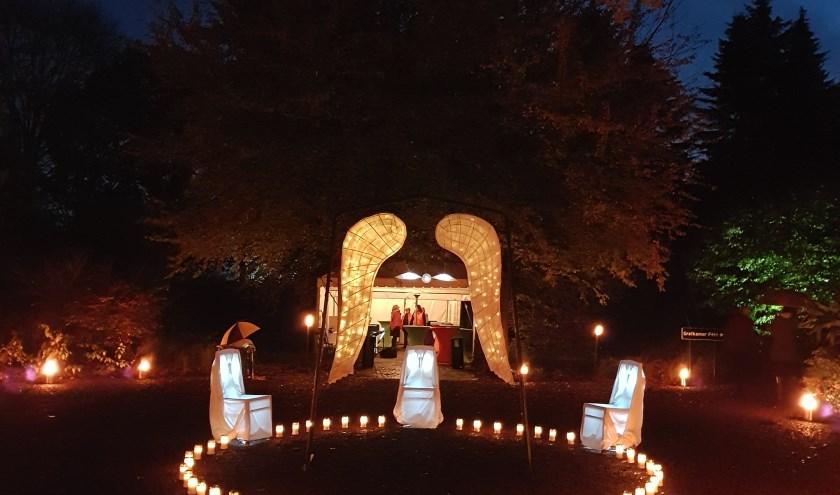 """""""Alle lichtjesdie branden om het kunstwerk, zijn aangestoken aan de World Peace Flame."""" FOTO: DELA."""