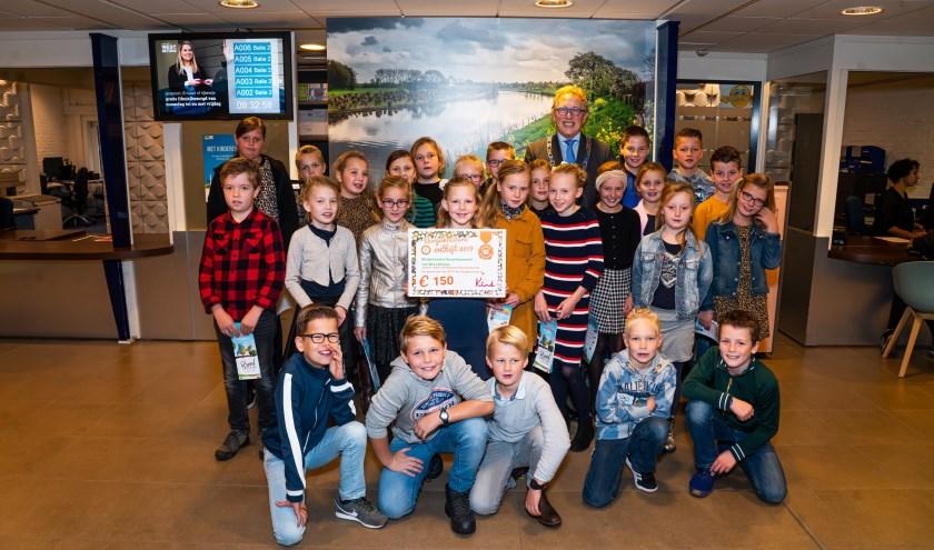 Groep 6 van de Eben Haëzerschool uit Waardenburg samen met burgemeester Keereweer.