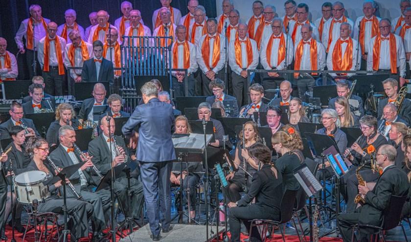 Het Symfonisch Blaasorkest (SBO) van Harmonie Drunen samen met Het Groot Dwergonisch Mannenkoor tijdens het 'Bevrijdingsconcert Heusden' op 2 november in de Voorste Venne. Foto: Paul Engelkes