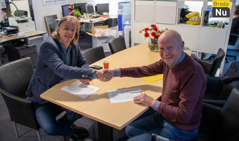 Patrick van Lunteren (Stichting Baronie Media) en Frank Zijlmans (BredaNu) tekenen overeenkomst.