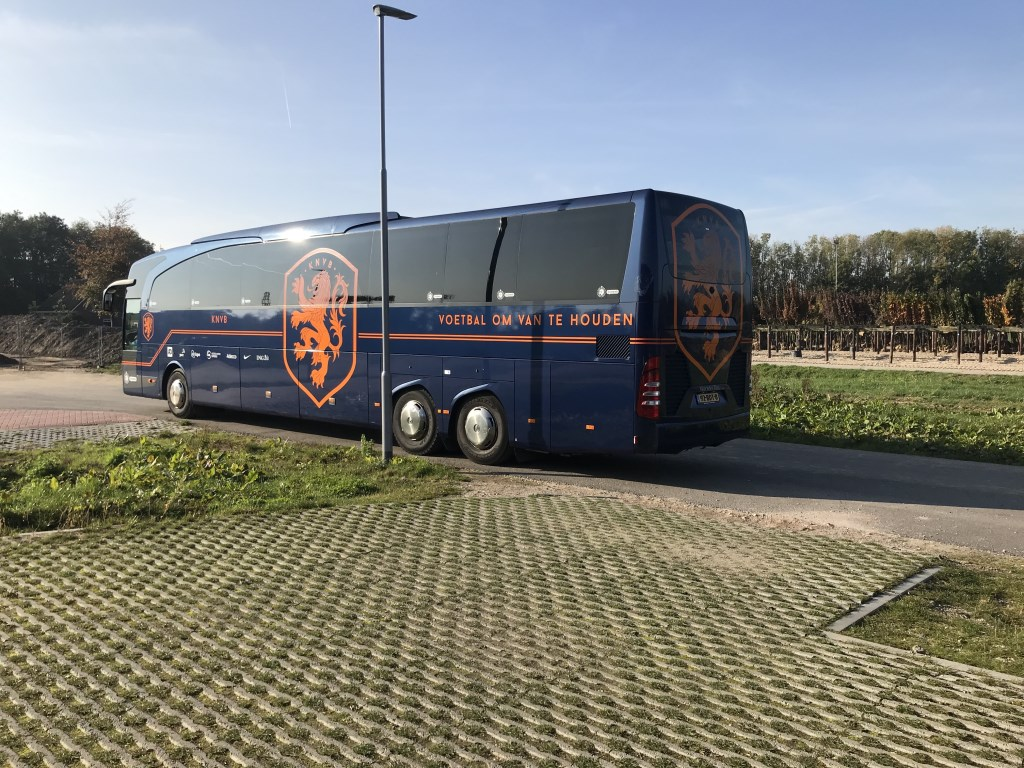 De Spelersbus van het Nederlands elftal... Foto: Yeb Heerema © DPG Media