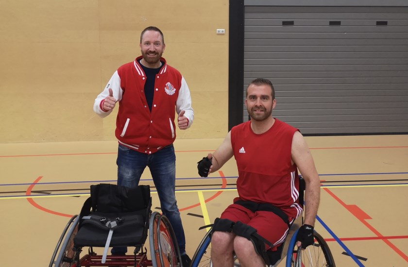 Links voorzitter Taco Jansen met de gesponsorde rolstoel en rechts Bjorn Freriks Basketbalvereniging Pigeons.